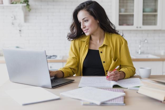 mulher estudando com notebook